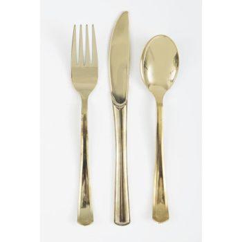 Kiiltävän kultaiset muoviset aterimet Kiiltäväpintaiset uudelleenkäytettävät aterimet kauniisti kullan sävyisenä. Kiiltävät aterimet tuovat kattaukseen tyylikkään loppusilauksen!