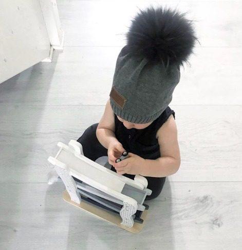 Line Biagio Knitted Beanie tupsupipo 1-6v. Italialais-norjalaisen suunnittelijan oman malliston tyylikäs lastenpipo tekoturkistupsulla. Harmaassa pipossa on muhkea harmaa tupsu ja valkoisessa pipossa puolestaan näyttävä valkoinen tupsu! Neulottu puuvillapipo on joustava ja sopii noin 1-6 vuotiaalle lapselle. Tämä pipo sulostuttaa niin kaupungilla kuin valokuvissakin ja on vastustamattoman tyylikäs yhdistelmä esimerkiksi tuubihuivin kanssa!