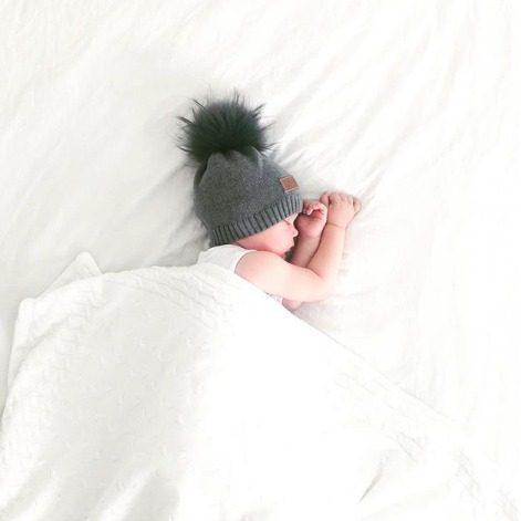 Line Biagio Knitted Beanie tupsupipo 1-6v. Italialais-norjalaisen suunnittelijan oman malliston tyylikäs lastenpipo tekoturkistupsulla. Harmaassa pipossa on muhkea harmaa tupsu ja valkoisessa pipossa puolestaan näyttävä valkoinen tupsu! Neulottu puuvillapipo on joustava ja sopii noin 1-6 vuotiaalle lapselle.