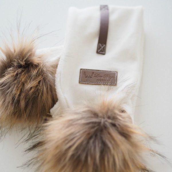 Line Biagio huivi tupsuilla onesize Tämä tyylikäs huivi on helppo pukea, huivin toinen pää vain sujautetaan valmiin aukon läpi. Huivit ja tupsupipot ovat tämän kauden suosituimmat asusteet ja näyttävät lapsella todella suloiselta vaaleansävyisissä kuvauksissa!