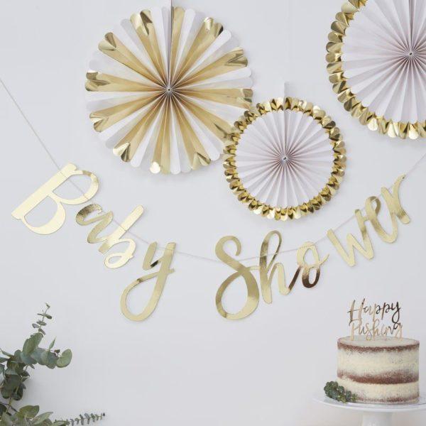 """Baby Shower tyylikäs kultainenbanneri Ohuessa nauhassa on kultaisilla kiiltävillä kirjaimilla kirjoitettu teksti """"Baby Shower"""". Viiri on kevyt ja se on helppo ripustaa esimerkiksi seinälle. Elegantin viirin avulla luot tyylikkään tunnelman Baby Shower -juhliin ja tämän bannerin edessä on ihana ottaa valokuvat koko Baby Shower porukasta."""