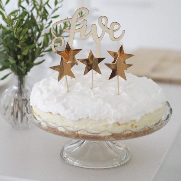 Ginger Ray party tikut kiiltävät kultaiset tähdet Nämä tähdenmuotoiset coctailtikut ovat kaunis pieni yksityiskohta cup cake -leivosten päälle, jätskiannoksiin tai muihin juhlapöydän pieniin tarjottaviin. Tähtiä voi käyttää myös kakun koristelussa.