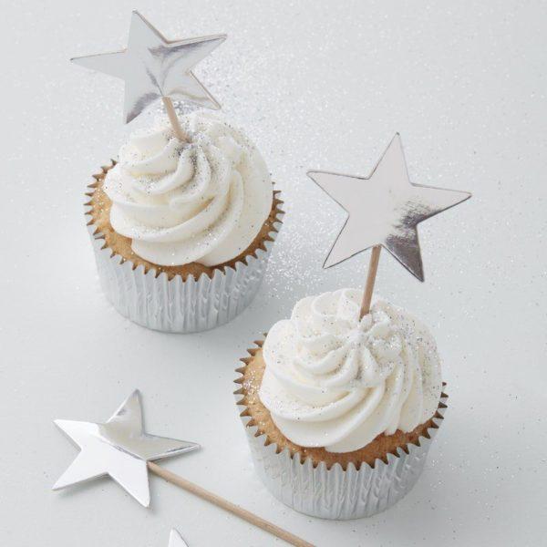 Party tikut kiiltävät hopeiset tähdet Nämä tähdenmuotoiset coctailtikut ovat kaunis pieni yksityiskohta cup cake -leivosten päälle, jätskiannoksiin tai muihin juhlapöydän pieniin tarjottaviin. Tähtiä voi käyttää myös kakun koristelussa.