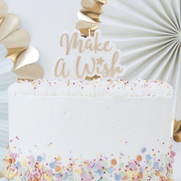 """Make a Wish kakkukynttilä Tämä kaikkiin juhliin kauniisti sopiva kakkukynttilä näyttää upealta kakun päällä! Valkoisessa kynttilässä on """"Make a Wish"""" -teksti kultaisella värillä."""