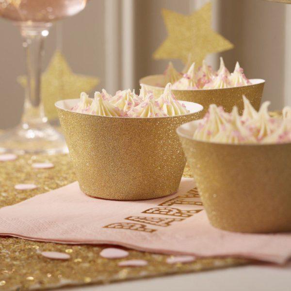 Cupcake -leivosten ympärille kietaistava glitterkultainen koriste Piilota tylsemmät cupcake -vuoat näiden säihkyvien cupcake -wrappien alle! Wrap kietaistaan leivoksen oman vuoan ympärille. Lisää juhlapöytään tyylikästä säihkettä näillä kultaisilla wrapeilla ja tee kattauksesta ikimuistoisen kaunis!