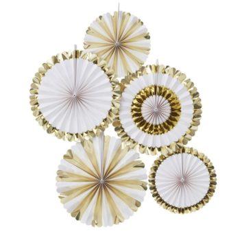 Fan viuhkakoristeet kultaisen ja valkoisen sävyissä Fan koristeilla saat aikaan upean taustan juhlakattaukselle tai koristeltua paikan, jossa juhlavieraista otetaan kuvia. Paketissa on viisi Fan -koristetta, kahta eri kokoa. Väreinä näissä viuhkamaisissa koristeissa on klassinen valkoinen ja kiiltävä kulta.