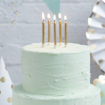 Kultaiset kiiltävät kakkukynttilät Kynttilät kuuluvat jokaiseen synttärikakkuun ja eniten valokuvia juhlista otetaan juuri kynttilöiden puhalluksen aikana! Lisää kakkuun tyylikästä säihkettä kultaisilla kynttilöillä ja tee juhlista ikimuistoiset!