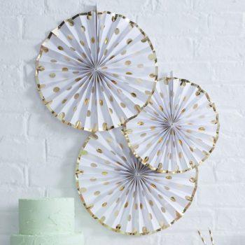 Kultapilkulliset suuret Fan viuhkakoristeet 3 kpl Suurikokoisilla Fan koristeilla saat aikaan upean taustan juhlakattaukselle tai koristeltua paikan, jossa juhlavieraista otetaan kuvia. Paketissa on kolme pyöreää Fan -koristetta, kahta eri kokoa. Väreinä näissä viuhkamaisissa koristeissa on klassinen valkoinen ja kiiltävä kulta.