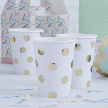 Kultapilkullinen kertakäyttömuki Näissä paperimukeissa on kultaisia pilkkuja valkoisella pohjalla. Mukit tuovat juhlapöytään välittömästi tyylikästä tunnelmaa ja siivous sujuu helposti juhlien jälkeen!