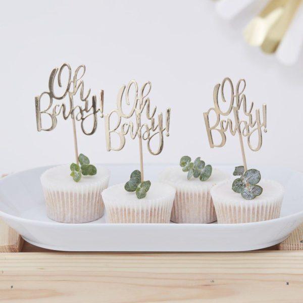 Party tikut kiiltävä kultainen teksti Oh Baby! Kiiltävät Oh Baby! coctailtikut ovat kaunis pieni yksityiskohta cup cake -leivosten päälle, jätskiannoksiin tai muihin juhlapöydän pieniin tarjottaviin. Tikkuja voi käyttää myös kakun koristelussa. Helppo ja näyttävä tapa lisätä kattaukseen viimeisteltyä ilmettä!