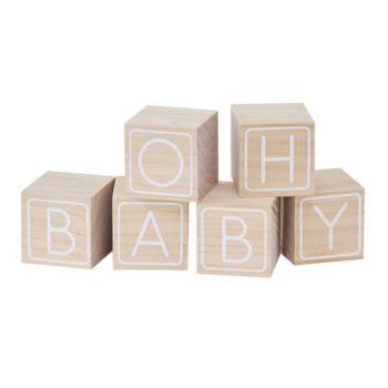 """Oh Baby! puiset palikat vauvanhuoneeseen Tässä paketissa on 6 puista palikkaa, joiden kirjaimista voit muodostaa tekstin """"Oh Baby"""". Muut palikoiden pinnat on jätetty tyhjäksi ja ajatuksena on, että vauvan lähipiiri voi kirjoittaa palikoihin oman pienen tervehdyksensä -näin vauvanhuoneen hyllylle asetellut palikat saavat aivan erityistä tunnearvoa. Voit käyttää palikoita koristeena ja ohjelmanumerona baby shower -juhlissa tai esimerkiksi ristiäisissä. Palikat ovat myös kaunis pieni yksityiskohta vauvan valokuvauksessa!"""