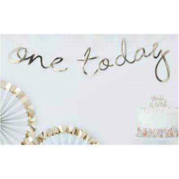 """One today kiiltävä kultainen banneri Ohuessa nauhassa on kultaisilla kiiltävillä kirjaimilla kirjoitettu teksti """"one today"""" . Tämä tyylikäs banneri luo yksivuotissynttäreille viimeisteltyä tunnelmaa ja voit yhdistää sen kauniisti ilmapalloihin, pom pom -koristeisiin tai tähtiviiriin! Juhlien lisäksi voit käyttää tätä viirinauhaa taustalla yksivuotiaan vauvan valokuvauksessa, viiri on kevyt ja se on helppo ripustaa esimerkiksi seinälle!"""