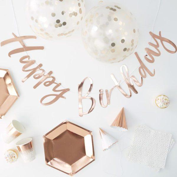 Party in a Box juhlalaatikko, ruusukulta Juhlien järjestäminen on tehty tosi helpoksi tämän laatikon avulla! Kaikki Party Boxin tuotteet sopivat kauniisti yhteen ja saat aikaan tyylikkäät juhlat, joita vieraatkin ihastelevat! Tästä juhlakattauksesta saat upeita valokuvia muistoksi hienosta päivästä!