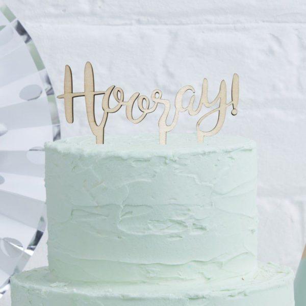 Puinen kakun koriste Hooray Kakku ja kynttilöitä puhaltava tuikkivasilmäinen pieni -nämä hetket jäävät perhealbumiin! Kaunis kakku on juhlapöydän kruunu. Tämä yksinkertaisen tyylikäs kakun koriste on helppo, mutta näyttävä tapa luoda kaunis lasten synttärikakku! Itse kakku voi olla yksinkertainen, kun päällä on upea koriste. Lisää kakkuun vain kynttilät tai tähtisädetikku ja juhlat voivat alkaa!