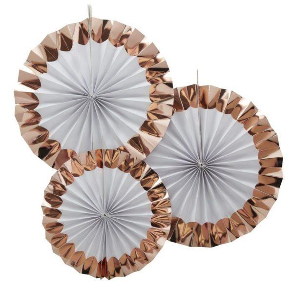 Fan viuhkakoristeet ruusukullan ja valkoisen sävyissä Fan koristeilla saat aikaan upean taustan juhlakattaukselle tai koristeltua paikan, jossa juhlavieraista otetaan kuvia. Paketissa on kolme Fan -koristetta, kahta eri kokoa. Väreinä näissä viuhkamaisissa koristeissa on klassinen valkoinen ja kiiltävä ruusukulta.
