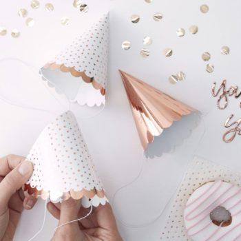 Party Hat setti, ruusukulta Upeassa Party Hat setissä on 6 hattua: 3 täysin kiiltävää ruusukultaista hattua ja 3 valkoista hattua ruusukultaisilla pilkuilla. Nämä hatut ovat ihana lisä juhliin ja ilahduttavat etenkin pientä juhlaväkeä!