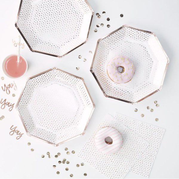Ruusukultapilkullinen kertakäyttölautanen Upeissa paperilautasissa on kauniita ruusukullan sävyisiä pilkkuja ja ruusukultaiset reunat. Lautaset tuovat juhlapöytään välittömästi tyylikästä tunnelmaa!