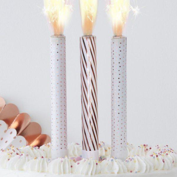 Ruusukultainen Cake Fountain suihkuava sädekynttilä Kynttilät kuuluvat jokaiseen synttärikakkuun ja eniten valokuvia juhlista otetaan juuri kynttilöiden puhalluksen aikana! Luo uskomattoman kaunis juhlanumero tästä tärkeästä hetkestä käyttämällä kakun päällä suihkuavaa sädekynttilää ja tee juhlista ikimuistoiset!