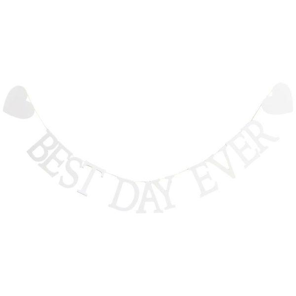 """Ginger Ray puinen viiri """"Best Day Ever"""" Valkoisessa nauhassa roikkuvat kirjaimet muodostavat sanat """"Best Day Ever"""" ja molemmilla puolilla on myös valkoiset puiset sydämet. Tämä klassisen kaunis viirinauha sopii jokaisen perheenjäsenen juhlaan vuosiksi eteenpäin!"""