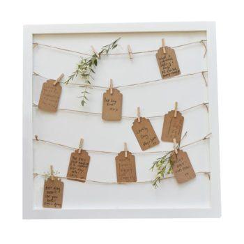 Ginger Ray valkoinen taulu viesteille ja kuville Tyylikästä valkoista taulua voit käyttää monella tavalla: voit laittaa sen esille juhliin (kastejuhla, nimiäiset, ensimmäinen syntymäpäivä), jolloin vieraat voivat jättää oman pienen onnentoivotuksensa taulun mukana tuleville pienille lapuille. Myöhemmin voit ripustaa taulun lastenhuoneen seinälle, jolloin muisto kauniista juhlapäivästä säilyy pitkään ja viestit ovat upeasti esillä. Voit käyttää taulua myös sellaisenaan osana lastenhuoneen sisustusta: pieniin nipsuihin voi ripustaa valokuvia koko perheestä. Lapset rakastavat sitä, että esillä on kuvia perheestä ja lapselle tärkeistä ihmisistä!
