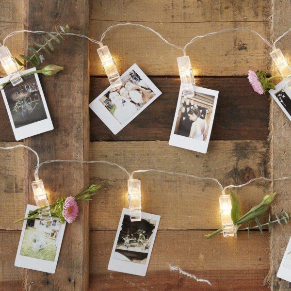 inger Ray valonauha valokuville ja pienille viesteille Upeassa läpinäkyvässä nauhassa on 20 nipsua, joissa palaa valot. Nipsujen avulla voit ripustaa nauhaan pieniä viestejä, valokuvia vauvasta ja perheestä. Nauhan saa helposti esille esimerkiksi vauvan 1v syntymäpäiville: voit ripustaa siihen kuvia vauvasta ensimmäisen vuoden varrelta! Vieraat pääsevät ihastelemaan vauvan kasvua ja valonauha tuo juhliin eleganttia tunnelmaa! Voit käyttää nauhaa myös sellaisenaan osana lastenhuoneen sisustusta: pieniin nipsuihin voit ripustaa valokuvia koko perheestä. Lapset rakastavat sitä, että esillä on kuvia perheestä ja lapselle tärkeistä ihmisistä!
