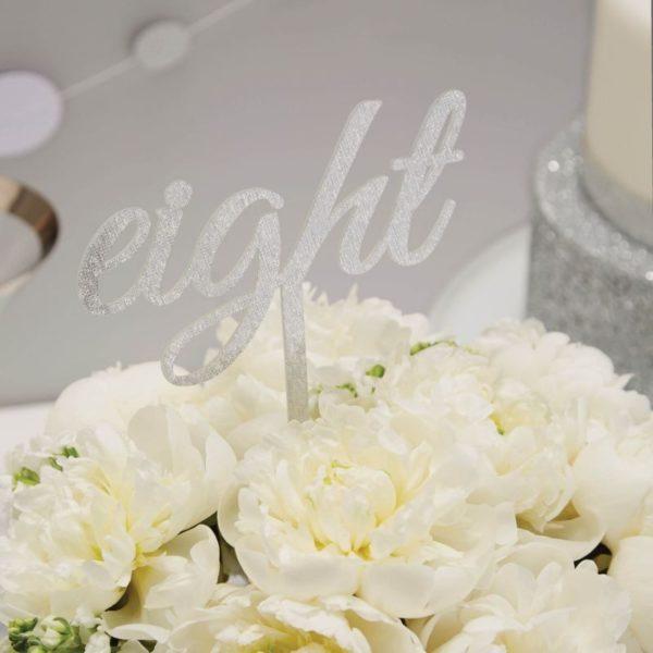 Kakun koriste hopeiset kimmeltävät numerotikut Kakku ja kynttilöitä puhaltava tuikkivasilmäinen pieni -nämä hetket jäävät perhealbumiin! Kaunis kakku on juhlapöydän kruunu. Näillä kimmeltävillä numerokoristeilla saat synttärisankarin iän kakun päälle joka vuosi aina 12 vuotiaaksi saakka! Tätä kakkukoristetta voit käyttää vuodesta toiseen, se on helposti pestävissä, materiaalina on kestävä akryyli. Koristeista ei irtoa hilettä kakkuun.