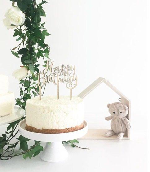 Ginger Ray puinen kakun koriste Happy Birthday Kakku ja kynttilöitä puhaltava tuikkivasilmäinen pieni -nämä hetket jäävät perhealbumiin! Kaunis kakku on juhlapöydän kruunu. Tämä yksinkertaisen tyylikäs kakun koriste on helppo, mutta näyttävä tapa luoda kaunis lasten synttärikakku! Itse kakku voi olla yksinkertainen, kun päällä on upea koriste. Lisää kakkuun vain kynttilät tai tähtisädetikku ja juhlat voivat alkaa!