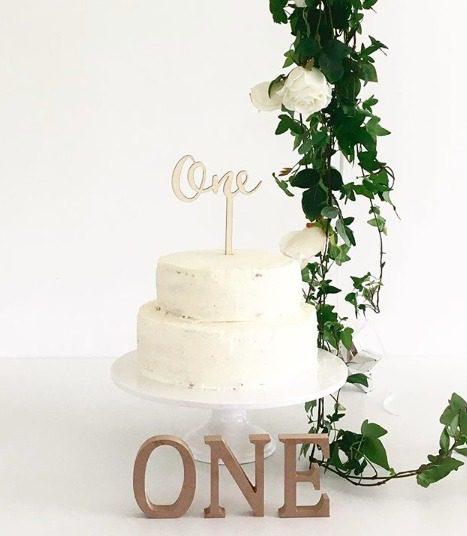 Kakun koriste puiset numerotikut Kakku ja kynttilöitä puhaltava tuikkivasilmäinen pieni -nämä hetket jäävät perhealbumiin! Kaunis kakku on juhlapöydän kruunu. Näihin puisiin koristeisiin on kirjoitettu kauniilla käsialalla numerot 1-12, joten saat synttärisankarin iän kakun päälle joka vuosi aina 12 vuotiaaksi saakka! Tätä kakkukoristetta voit käyttää vuodesta toiseen, se on helposti pestävissä, materiaalina on puu.