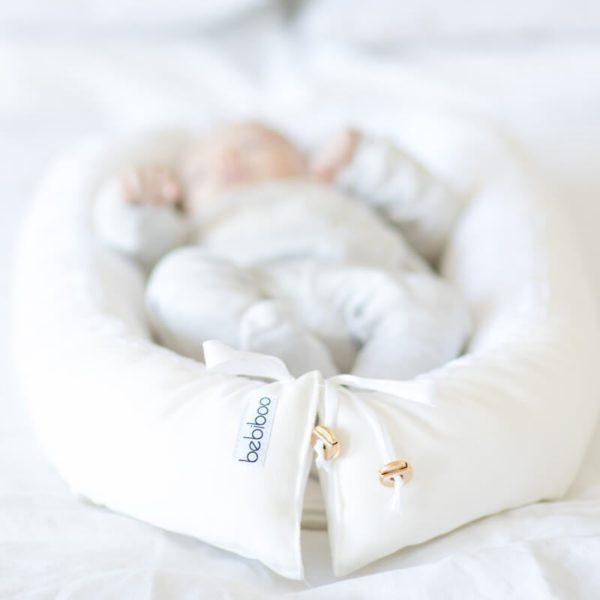 Bebiboo unipesä on suunniteltu auttamaan vanhempia vauvan nukutuksessa. Vauva rentoutuu ja nukahtaa helpommin pesämäiseen ympäristöön. Pienelle vauvalle on tyypillistä, että jalat ja kädet heiluvat kesken unien, mutta vauva yleensä rauhoittuu, kun saa ympärilleen tiiviin, kapalomaisen tunteen. Bebiboo unipesä toimii kapalon tapaan ja luo vauvalle turvallisen tunteen unien aikana. Pieni nukkuja ei säpsähdä hereille niin helposti, kun hän nukkuu unipesässä. Kapalosta poiketen unipesässä vauva voi nukkua luonnollisessa asennossa kädet ylhäällä ja jalat koukussa.