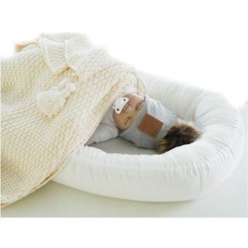 Bebiboo vauvan unipesä, silkkisen pehmeää puuvillasatiinia Vauvalle rauhallinen uni on erittäin tärkeää, joten unen laatuun kannattaa panostaa. Hyvin nukkunut vauva on iloinen ja pirteä, levänneenä ruoka maistuu ja vauva kasvaa hyvin. Nukkuminen vahvistaa vauvan vastustuskykyä ja auttaa pientä oppimaan uusia taitoja, sekä kehittymään terveellä tavalla. Bebiboo unipesä on suunniteltu auttamaan vanhempia vauvan nukutuksessa. Vauva rentoutuu ja nukahtaa helpommin pesämäiseen ympäristöön. Pienelle vauvalle on tyypillistä, että jalat ja kädet heiluvat kesken unien, mutta vauva yleensä rauhoittuu, kun saa ympärilleen tiiviin, kapalomaisen tunteen.