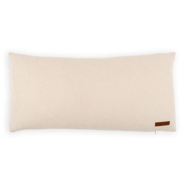 Baby's Only Classic koristetyyny pinnasänkyyn, vaalea beige Baby's Onlyn ajaton design sopii kauniisti monenlaiseen vauvanhuoneeseen. Vaaleilla sävyillä sisustat vauvalle tyylikkään ja rauhallisen huoneen, jossa on valoisuutta ja modernia ilmettä. Vaalean beigen sävyinen tyyny on toiselta puoleltaan sileää neulosta ja toiselta puolelta pehmeää mikrokuitua. Klassinen tyyny sopii käytettäväksi lapsen huoneessa myös vauva-ajan jälkeen.