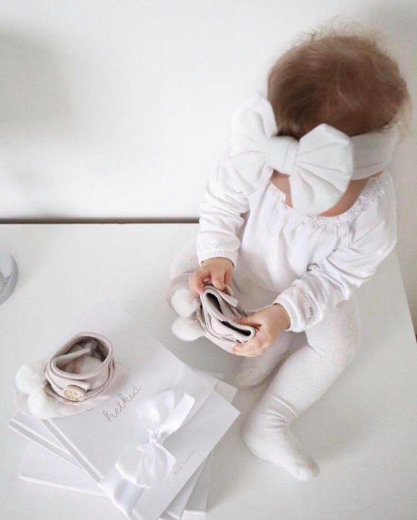 Line Biagio varrelliset vauvantossut tekoturkistupsuilla Liikuttavan suloiset pienet tossut tyylikkäillä yksityiskohdilla! Materiaalina on hyvin hengittävä nupukkinahka, valkoiset tupsut ovat tekoturkista. Tossut on helppo pukea vauvalle edessä olevan tarraläpän ansiosta. Tossuissa on pehmeä valkoinen tekoturkisvuori ja pohjasta tossut ovat nahkaa. Tossujen sisällä vauva voi käyttä pehmoisia sukkia tai lämpöisiä villasukkia.