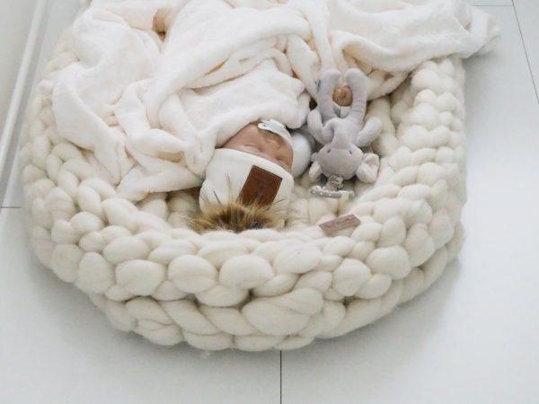 Line Biagio merinovillainen suuri unipesä Chunky Knit-tyylillä neulottu suurikokoinen vauvan unipesä on 100% merinovillaa, joka lämmittää ja hengittää hyvin. Unipesä toimii pehmeänä alustana vauvalle kun hänet lasketaan maahan tai voit tehdä pinnasänkyyn pesämäisen nukkumapaikan vauvalle käyttämällä unipesää. Chunky Knit neulontatyylin ansiosta unipesä on hyvin ilmava.