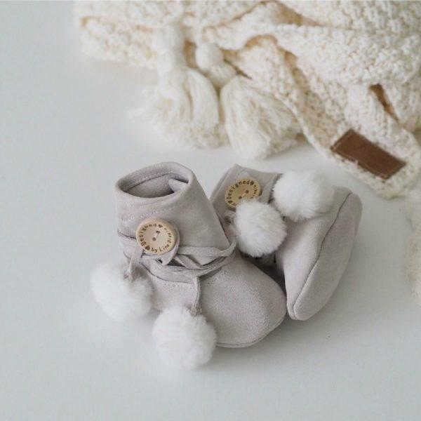 Line Biagio varrelliset vauvantossut tekoturkistupsuilla Liikuttavan suloiset pienet tossut tyylikkäillä yksityiskohdilla! Materiaalina on hyvin hengittävä pehmeä nupukkinahka, valkoiset tupsut ovat tekoturkista. Tossut on helppo pukea vauvalle edessä olevan tarraläpän ansiosta. Italialais-norjalaisen suunnittelijan tossut ovat Norjassa käsinvalmistetut. Tossuissa ei ole vuorta, eli ne ovat myös sisäpuolelta ja pohjasta nahkaa. Tossujen sisällä vauva voi käyttä pehmoisia sukkia tai lämpöisiä villasukkia.