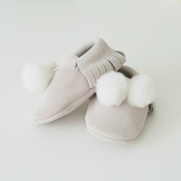 Line Biagio vauvantossut tekoturkistupsuilla Liikuttavan suloiset pienet tossut tyylikkäillä yksityiskohdilla! Materiaalina on hyvin hengittävä pehmeä nupukkinahka, tupsut ovat tekoturkista. Tossut on helppo sujauttaa vauvan jalkaan edessä olevan kuminauhan ansiosta. Tossuissa ei ole vuorta, eli ne ovat myös sisäpuolelta ja pohjasta nahkaa. Tossujen sisällä vauva voi käyttä pehmoisia sukkia tai lämpöisiä villasukkia. Nämä tossut ovat tyylikäs asuste pienellä ulkoilijalla, etenkin yhdistettynä suloiseen tupsupipoon!
