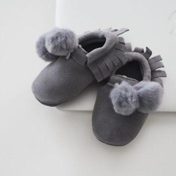 Line Biagio vauvan hapsutossut tekoturkistupsuilla Liikuttavan suloiset pienet tossut tyylikkäillä yksityiskohdilla! Materiaalina on hyvin hengittävä pehmeä nupukkinahka, tupsut ovat tekoturkista. Tossut on helppo sujauttaa vauvan jalkaan edessä olevan kuminauhan ansiosta.