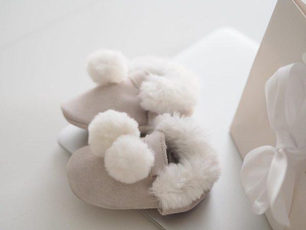 Line Biagio vauvantossut pallotupsuilla Liikuttavan suloiset pienet tossut tyylikkäillä yksityiskohdilla! Materiaalina on hyvin hengittävä pehmeä nupukkinahka, tupsut ovat tekoturkista. Tossut on helppo sujauttaa vauvan jalkaan edessä olevan kuminauhan ansiosta.