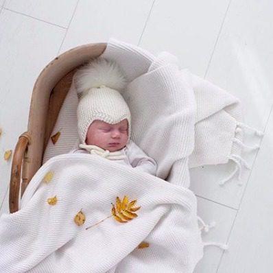 Sohvila Design Nooa vauvanpipo tupsulla Käsinneulottu merinovillainen vauvan myssy perheen pienimmille. Pipossa on neulotut pehmeät nyörit, jotka pitävät myssyn paikallaan. Lämpöinen pipo on muodoltaan sellainen, että se istuu päässä tyylikkäästi ja suojaa pienen kasvoja todella hyvin. Koska pipo tulee hyvin korvien päälle, se myös suojaa vauvan herkkää kuuloa vaimentamalla ympäriltä kuuluvia äänia.