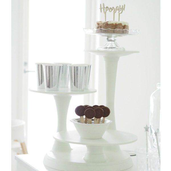 Wilton 3-kerroksinen valkoinen kakkuteline juhliin Korkeuserot tuovat juhlapöytään tyylikästä ja viimeisteltyä tunnelmaa -käytä siis kattauksessasi tätä upeaa Wiltonin kakkutelinettä. Voit tarjoilla siitä kakkuja, leivoksia tai hedelmiä, mutta yhtä hyvin voit nostaa telineen avulla esiin vaikkapa kukkia! Teline sopii tyylinsä ja värinsä puolesta kaikkiin juhliin, joten tämä on hyvä satsaus sinulle, jos järjestät juhlia säännöllisesti!