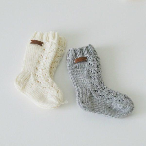 Sohvila vauvan merinovillasukat Nämä pehmeästä merinovillasta käsin neulotut vauvan villasukat pitävät pienet varpaat lämpöisenä tyylikkäästi! Pitkävartisissa villasukissa on kaunis pitsikuvio.