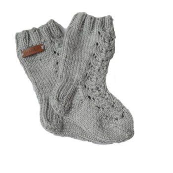 Sohvila vauvan merinovillasukat Nämä pehmeästä merinovillasta käsin neulotut vauvan villasukat pitävät pienet varpaat lämpöisenä tyylikkäästi! Pitkävartisissa villasukissa on kaunis pitsikuvio. Koko: jalkaterän pituus n. 12 cm(vastaa kengän kokoa 19-20)