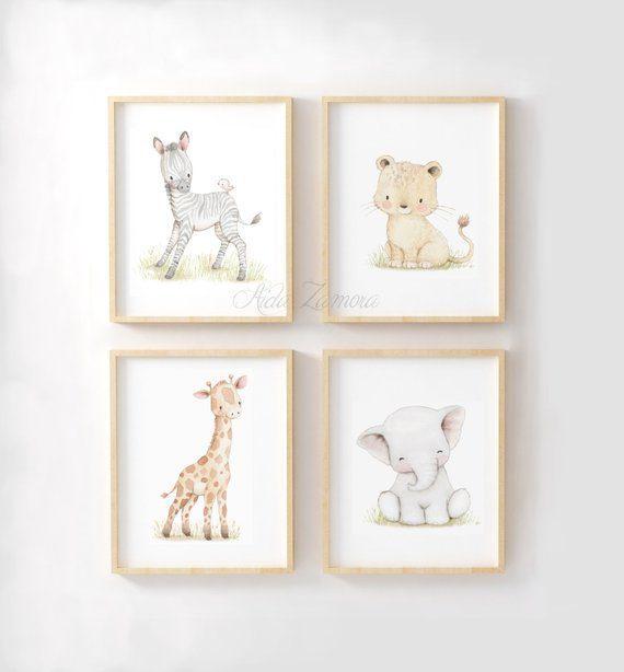 Aida Zamora laadukkaat printit lastenhuoneen seinälle tai hyllyn päälle Jo pienet vauvat tykkäävät katsella eläimiä ja lapset rakastavat eläintarinoita ja pörröisiä eläinhahmoja. Siksi moni äiti valitseekin vauvanhuoneen seinälle nimenomaan eläintauluja. Aida Zamoran piirtämät eläintaulut ovat sävytykseltään sellaisia, että ne sopivat lastenhuoneeseen moneksi vuodeksi. Taulut ovat samaan aikaan kauniita ja herkkiä, eläintenkuvat vetoavat monenikäisiin lapsiin.