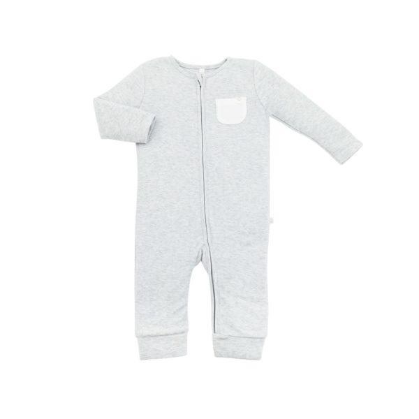 Mikä muu vaate on kosketuksissa vauvan ihoa vasten enemmän kuin pyjama? Pienet vauvat nukkuvat melkein koko ajan, siksi juuri pyjamaan kannattaa panostaa. Baby MORI pyjamassa yhdistyy puhtaan luomulaatuiset, ennennäkemättömän pehmeät kankaat sekä ajattoman tyylikäs design.
