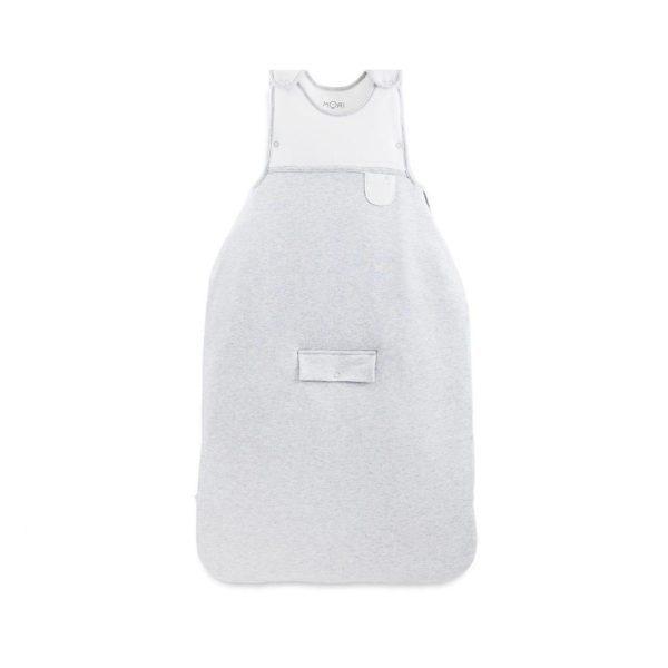 MORI Clever Sleeping Bag unipussi sopii 0-2 vuotiaalle. Unipussi on kehitetty parantamaan vauvan unenlaatua ja auttamaan vanhempia vauvan nukutuksessa. Uskomattoman pehmeään unipussiin vauva on ihana sujauttaa unille ja mieltäsi rauhoittaa varmasti se, että unipussin materiaalit ovat erittäin laadukkaat, raikkaat ja vauvan iholle hyväätekevät (100% luonnonmateriaaleja, luomulaatuista puuvillaa ja bambua). Monet vauvat liikkuvat unissaan, jalat sätkivät ja peitto valuu pois pienen päältä, hetken päästä vauva havahtuu siihen, että on tullut kylmä. Unipussin sisällä vauva pysyy lämpöisenä koko yön, tämä auttaa pidempiin ja rauhallisempiin yöuniin.