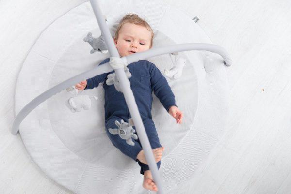 Pehmeä puuhamatto tarjoaa vauvalle mukavan alustan leikkiä ja harjoitella kehon hallintaa. Liike on tärkeää vauvalle pienestä pitäen, monipuolinen harjoittelu selällään ja mahallaan vahvistaa vauvan lihaksia. Tästä on apua myöhemmin, kun vauva treenaa ryömimistä ja konttaamista. Lelukaaressa on paljon tutkittavaa vauvalle: kaaressa roikkuvat Baby's Onlyn pikkupehmolelut elefantti, nalle, lintu ja valas, lisäksi keskellä roikkuu raidallinen pallo. Pallon alaosassa on peili, josta vauva näkee itsensä selällään maatessaan. Lelut saat halutessasi irti lelukaaresta ja kaareen kiinnität helposti myös muita vauvasi lempileluja.