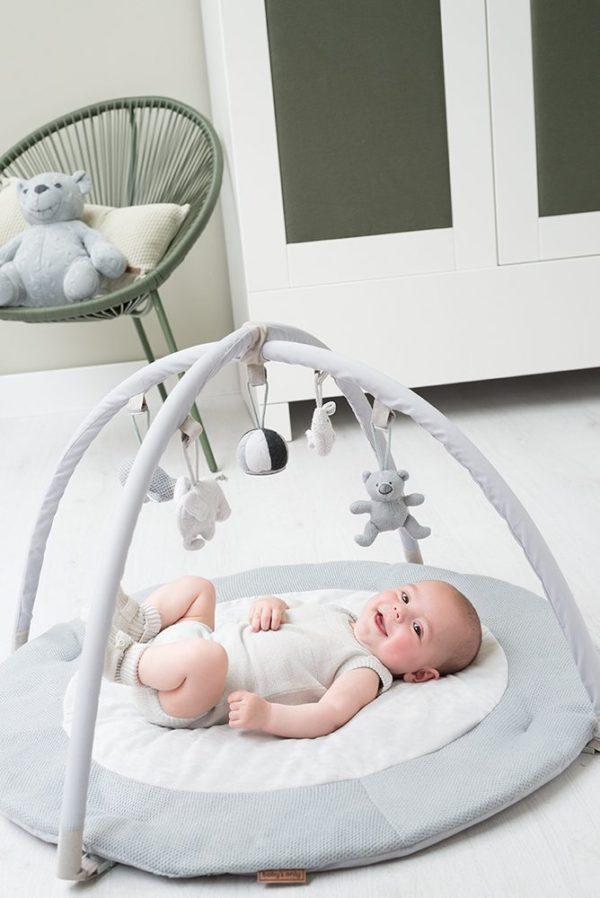 Baby's Only vaaleanharmaa leikkimatto vauvalle Pehmeä puuhamatto tarjoaa vauvalle mukavan alustan leikkiä ja harjoitella kehon hallintaa. Liike on tärkeää vauvalle pienestä pitäen, monipuolinen harjoittelu selällään ja mahallaan vahvistaa vauvan lihaksia. Tästä on apua myöhemmin, kun vauva treenaa ryömimistä ja konttaamista. Lelukaaressa on paljon tutkittavaa vauvalle: kaaressa roikkuvat Baby's Onlyn pikkupehmolelut elefantti, nalle, lintu ja valas, lisäksi keskellä roikkuu raidallinen pallo. Pallon alaosassa on peili, josta vauva näkee itsensä selällään maatessaan. Lelut saat halutessasi irti lelukaaresta ja kaareen kiinnität helposti myös muita vauvasi lempileluja.