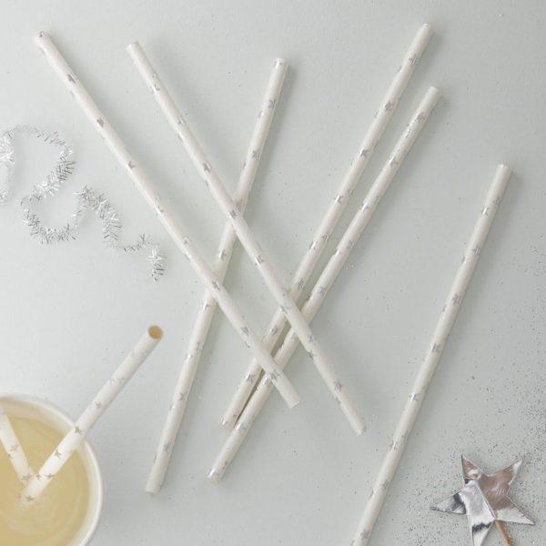 Ginger Ray valkoiset pillit hopeisilla tähdillä Lapset rakastavat pillejä! Pillien avulla saat lasten juhlakattaukseen näyttävyyttä helposti! Näissä valkoisissa pilleissä tuikkivat hopeanhohtoiset pienet tähdet.