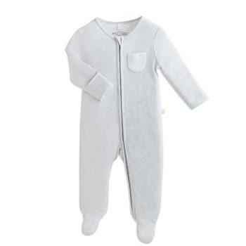 Baby MORI vauvan yöpuku, vaaleanharmaa Tässä suloisen pehmeässä vauvan yöpuvussa on kätevä vetoketjukiinnitys, jotta pyjaman saa puettua näppärästi myös liikkuvaiselle vauvalle. Vetoketju on metallin sijaan nylonia ja suojattu sisäpuolelta niin, ettei se ärsytä vauvan herkkää ihoa. Terällisen jalkaosan ansiosta vauvan varpaat pysyvät lämpiminä koko yön. MORI yöpuvun hihat saa käännettyä tumpuiksi, jotta kynnet eivät pääse raapimaan vauvan ihoa.