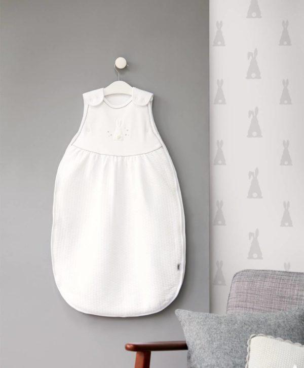 Mamas&Papas Welcome to the World unipussi 0-6kk , valkoinen Unipussit on kehitetty parantamaan vauvan unenlaatua ja auttamaan vanhempia vauvan nukutuksessa. Monet vauvat liikkuvat unissaan, jalat sätkivät ja peitto valuu pois pienen päältä, hetken päästä vauva havahtuu siihen, että on tullut kylmä. Unipussin sisällä vauva pysyy lämpöisenä koko yön, tämä auttaa pidempiin ja rauhallisempiin yöuniin.