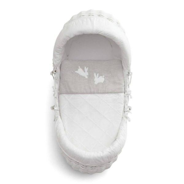 Mamas&Papas Welcome to the World Moses Basket vauvan korikehto Suloinen valkoinen korikehto on täydellinen ensisänky pikkuisellesi. Kehtoa on helppo siirrellä huoneesta toiseen ja yöksi voit siirtää sen vanhempien sängyn viereen. Vauva nukahtaa kehtoon helposti pehmeän keinuvan liikkeen ansiosta. Materiaalit ovat laadukkaita ja hyvin hengittäviä. Pakkaus sisältää korin, patjan, pehmusteet, peiton ja valkoiset keinujalat. Keinujalat ovat lukittavissa keinumattomiksi. Korikehdossa on kantokahvat, joten korin siirtely onnistuu vaivattomasti. Korikehdon koriosaa voit käyttää myös matkasänkynä esim. mummolassa.